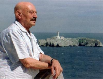 José Hierro frente a la isla de Mouro